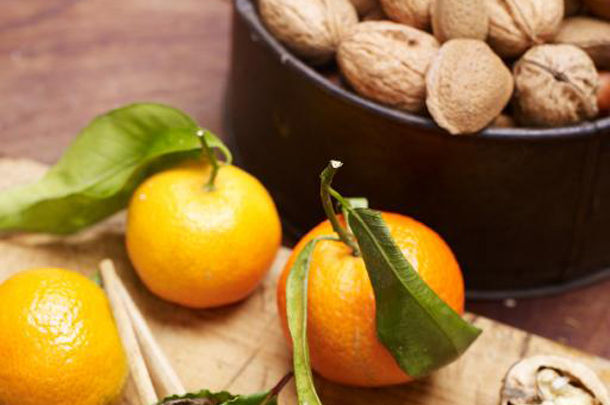 healthy christmas clementines with nuts