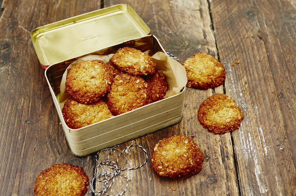 anzac biscuits in a tin