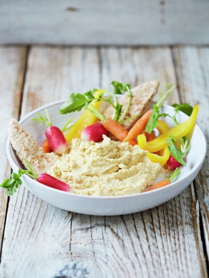 Houmous with carrots, radishes and pita bread