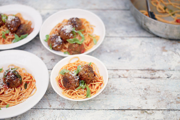 4 bowls of spaghetti and meatballs, perfect family cooking