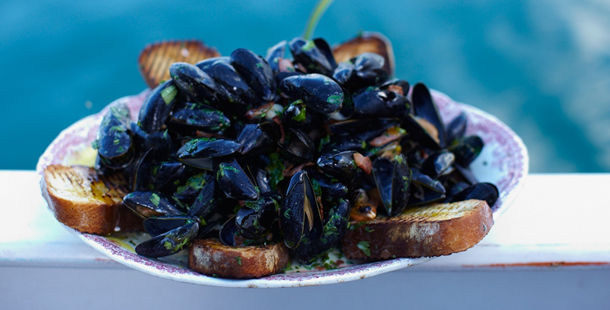 mussels cooked in herbs and toasted bread on the side