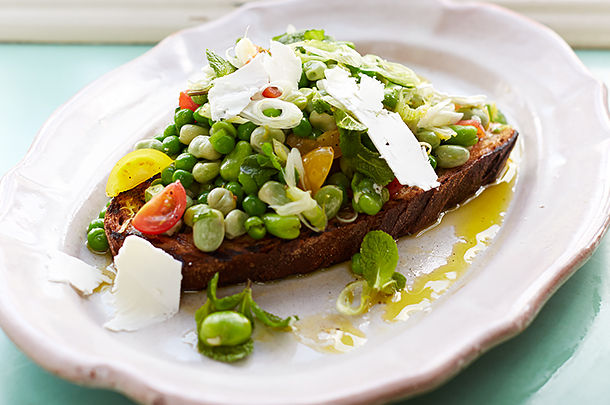 green beans on toast with chopped tomatoes and cheese