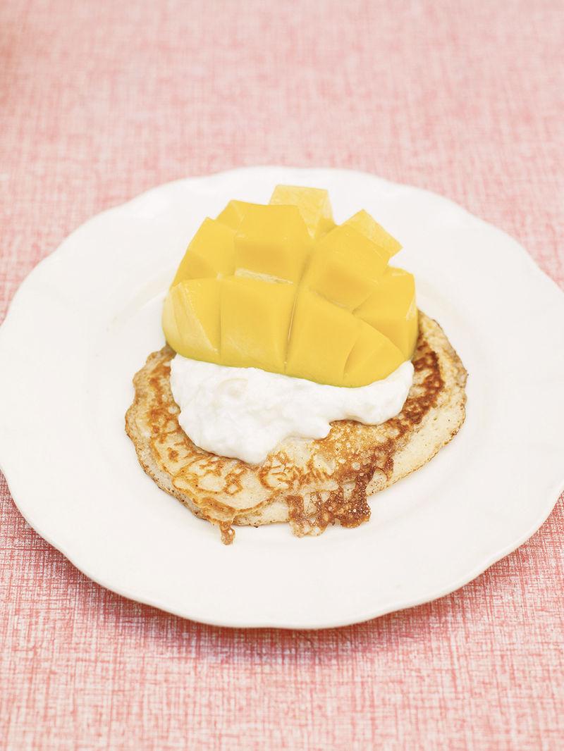 Kinderleichte pancakes mit bananen-kokos-joghurt und mango
