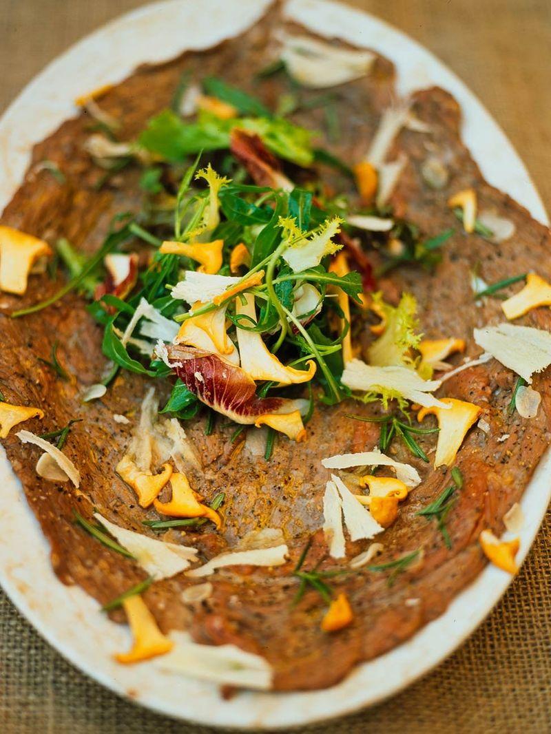 Flash roast beef with garlic, rosemary and girolles (Schiacciata di manzo con aglio, rosmarino e funghi)