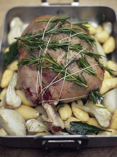 Cosciotto d'agnello ripieno di olive, pane, pinoli e erbe aromatiche