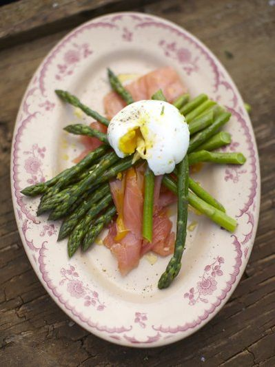 Blanched asparagus, poached egg & fresh smoked salmon