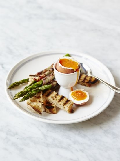 Boiled eggs & asparagus soldiers