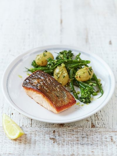 Salmon & pesto-dressed veg